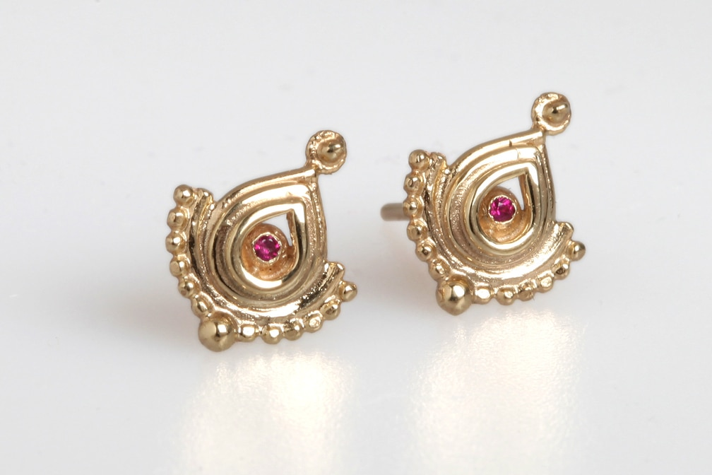 14kt gold, Ruby. 12x 10mm
